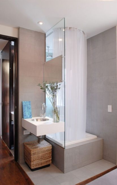 Dalam bilik mandi kecil, reka bentuk ini sesuai untuk keluarga yang mempunyai anak kecil.