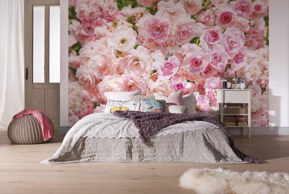 Mawar menekankan semua estetika dan romantik bilik tidur.