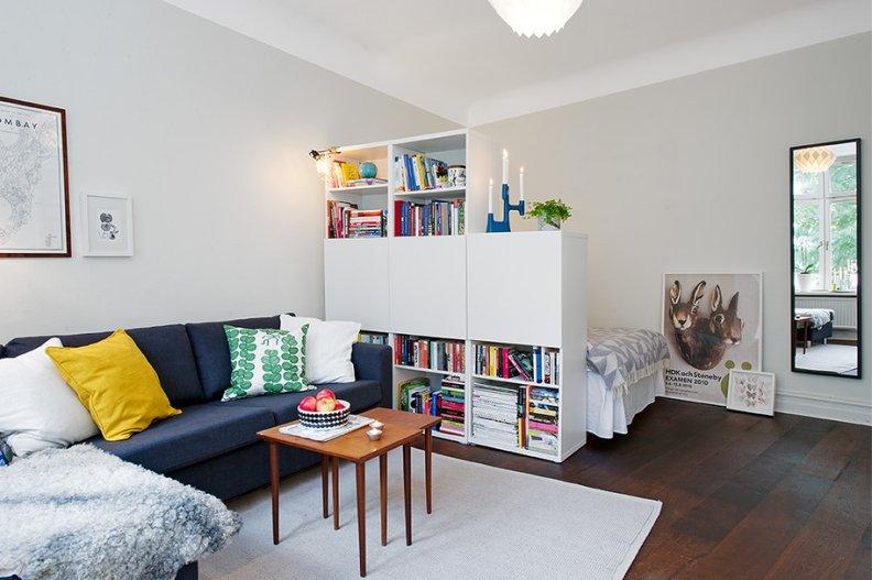 Interior salji putih dengan sofa biru terang