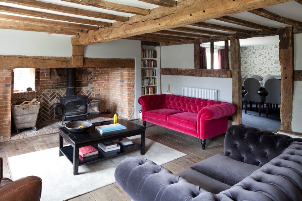 Bir kır evinde oturma odasının içi en iyi doğal malzemelerden ya da çok kaliteli taklitlerden yapılır.