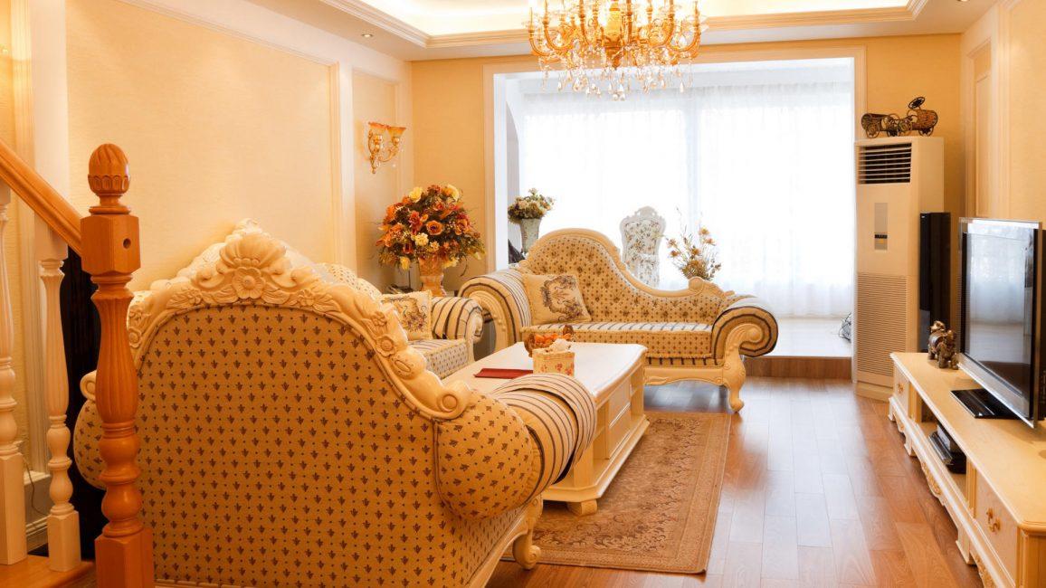Geniş oturma odasının tasarımı, büyük bir avize ile tamamlanabilir.