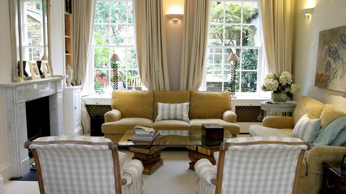 Bir çok yastık sadece odayı zenginleştirir.