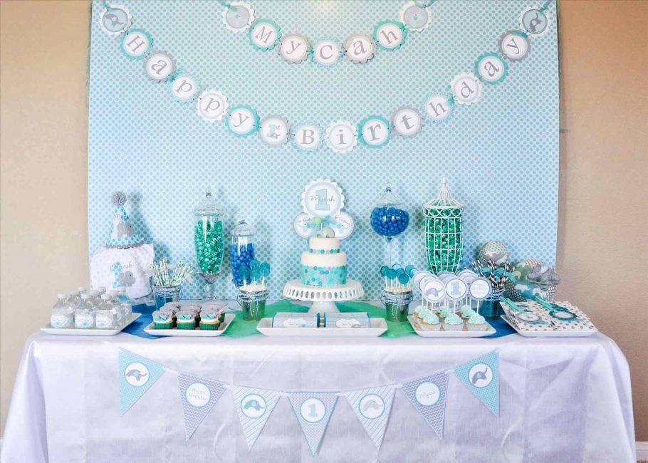 Terdapat dua kek: nyata dan dibuat daripada hadiah untuk bayi
