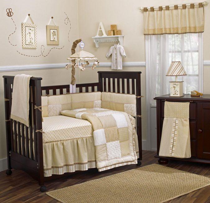 Di atas tempat tidur, carousel mainan kecil
