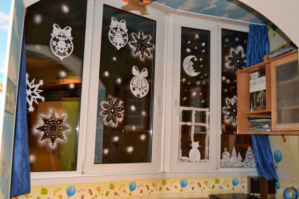 Kami menghias tingkap untuk Tahun Baru