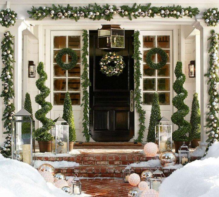 Pintu yang indah dengan hiasan Tahun Baru