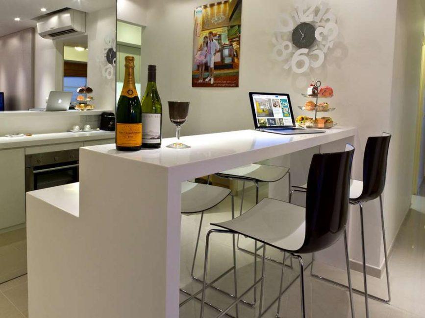 Mutfaklı birleşik bir oturma odası için iyi bir seçenek