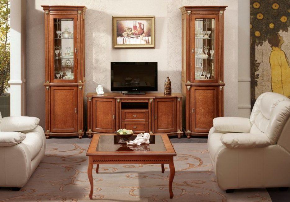 Nampaknya terdapat banyak perabot, tetapi ruang di dalam bilik dimainkan dengan baik.