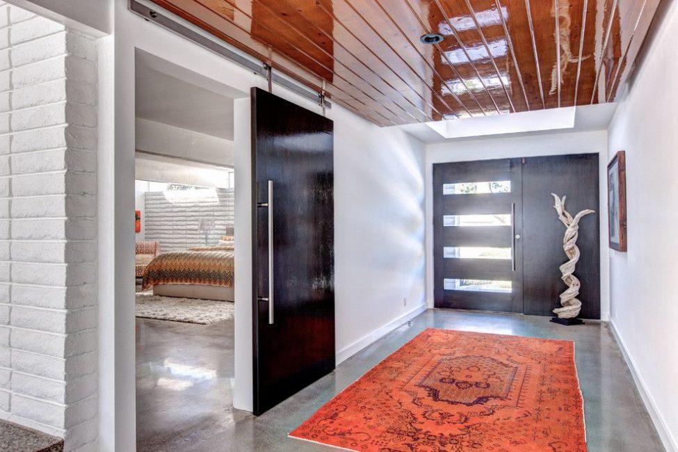 Hiasan pintu depan dari sisi ruang hidup sepadan dengan gayanya.