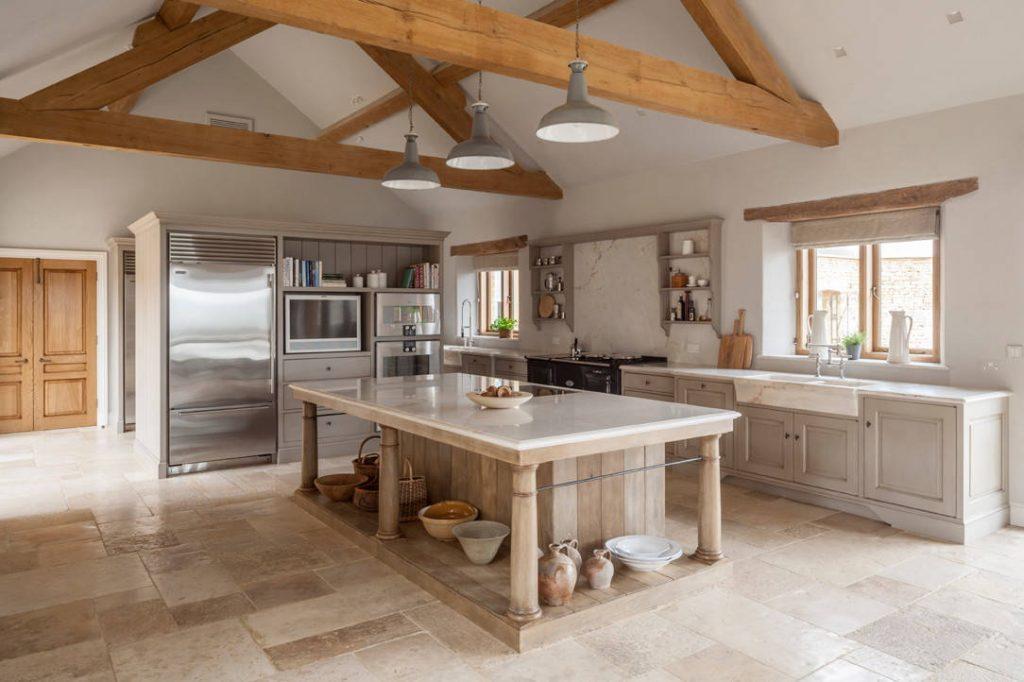Taş granit, mutfak köşesinin genel resmine tam olarak uyuyor