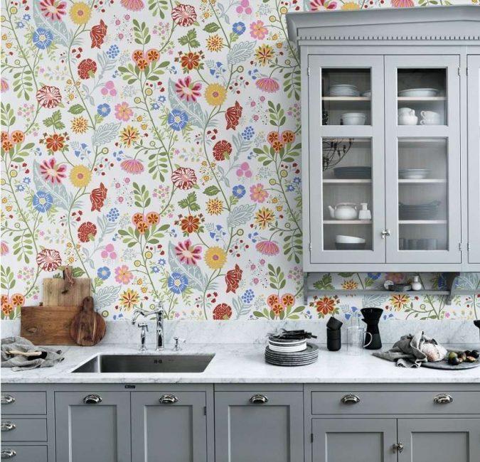 Çiçek baskı mutfakta bile güzel görünüyor