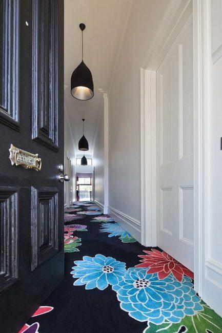 Pilihannya adalah mungkin tanpa kertas dinding, tetapi fokus pada lantai