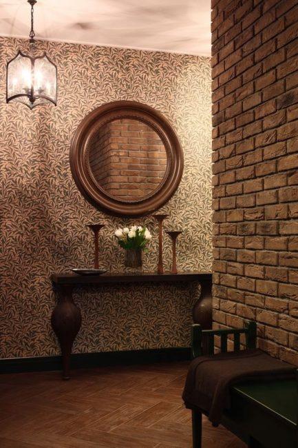 Perkara utama ialah gaya di lorong sesuai dengan gaya keseluruhan apartmen.