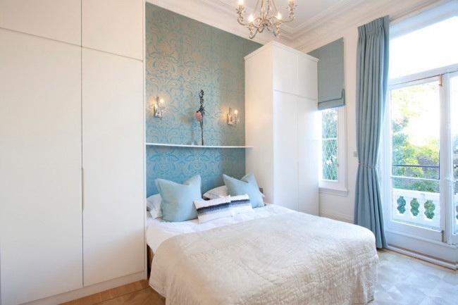 Wallpaper biru dengan perabot sentiasa kelihatan harmonis