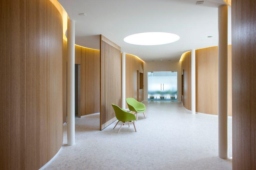 Susunan panel melintang sesuai untuk sebuah bilik besar.