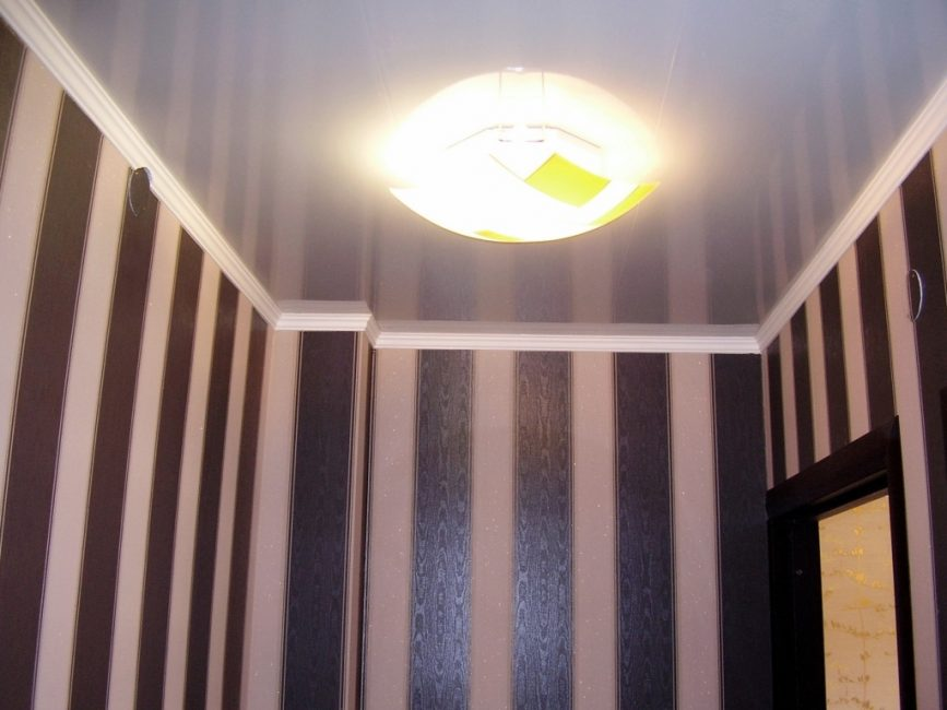 Panel MDF menegak dua warna di lorong