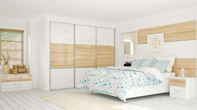 Mobilyaların renk skalası, duvarın ve tüm odanın tasarımını yansıtıyor.