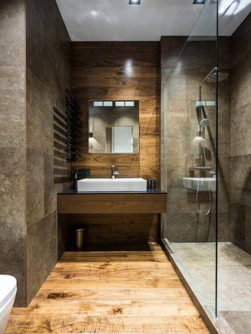 Colore saturo delle pareti del bagno