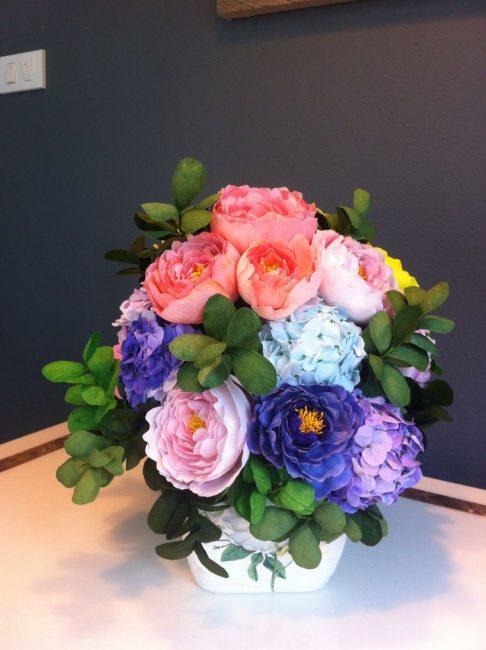 Oluklu kağıttan yapılmış yemyeşil bir buket çiçek mükemmel bir hediyedir.