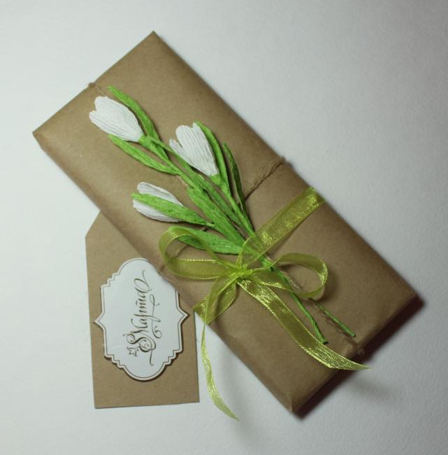 Küçük kağıt çiçekler her türlü ambalajı süsleyecektir.