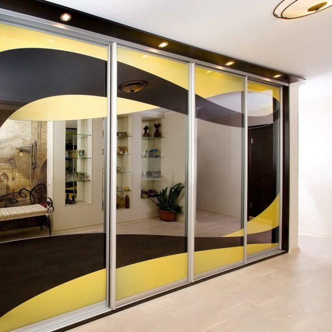 Giysiler için geniş giyinme odası