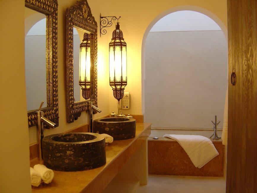 아치와 욕실의 인테리어에 모로코 스타일