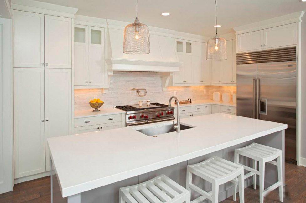 Beyaz mobilyalar küçük bir oda için ideal bir seçenektir.