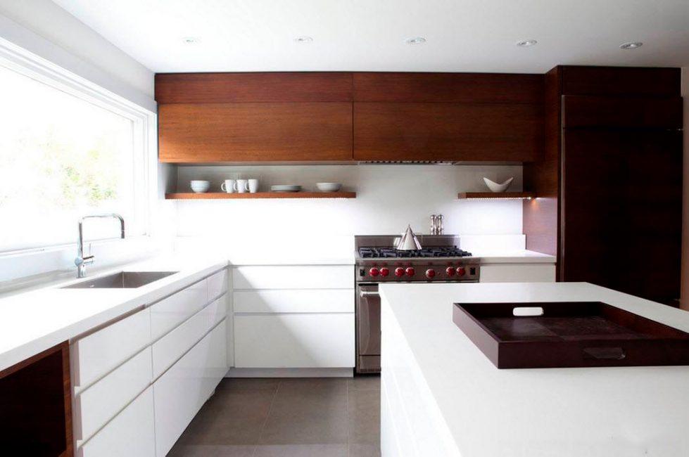 Ahşap, parlak bir mutfak ortamında ısınma elemanıdır.