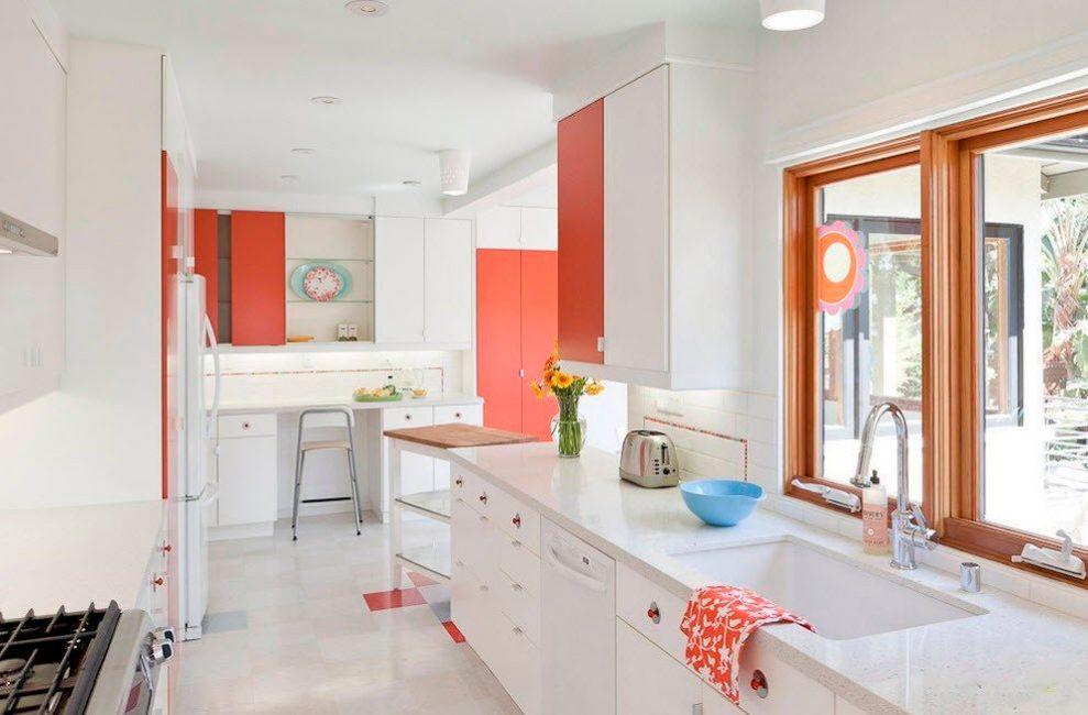 작은 아파트의 복도, 거실 및 부엌에 동일한 피팅을 사용하는 것이 유익합니다.
