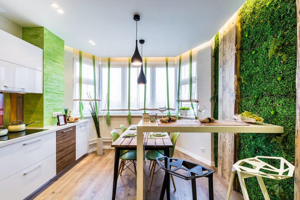 목조 가구와 식물의 살아있는 벽은 에코 스타일입니다.