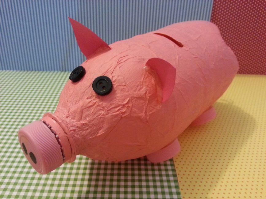 Kertas di beberapa lapisan akan menjadikan piggy bank lebih tegar