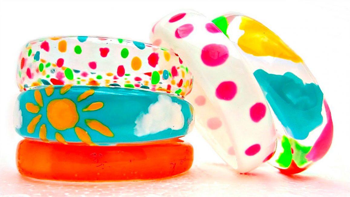Gelang berwarna-warni yang terang untuk kanak-kanak