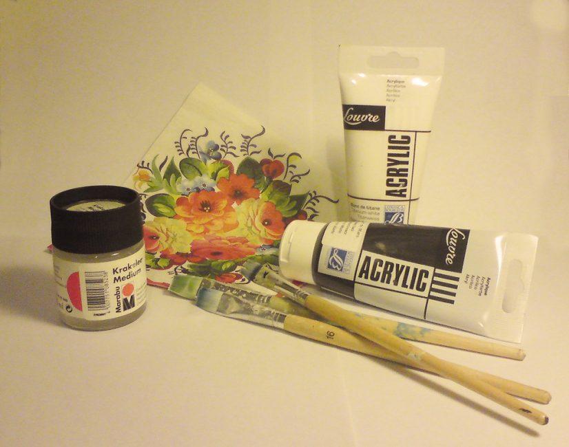 Özel bölümlerde çok renkli akrilik boya ve şeffaf akrilik vernik seti satın alınabilir.