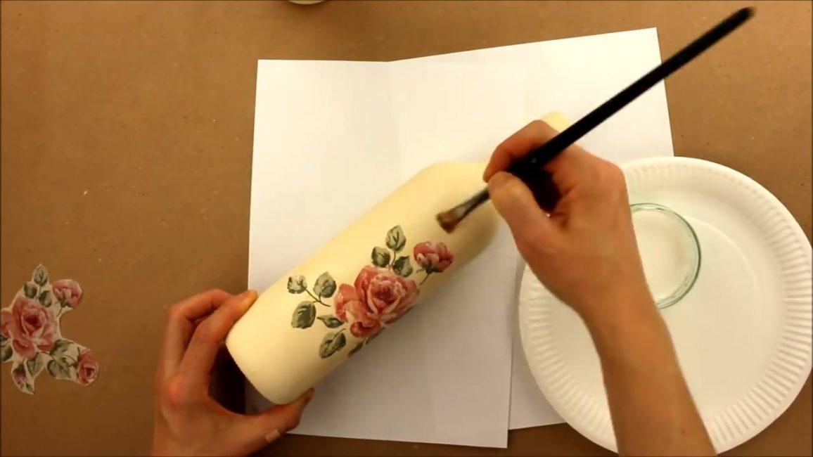 Bir rulo veya fırça ile hafifçe pürüzsüzleştirilmiş bir bez parçasını yapıştırın
