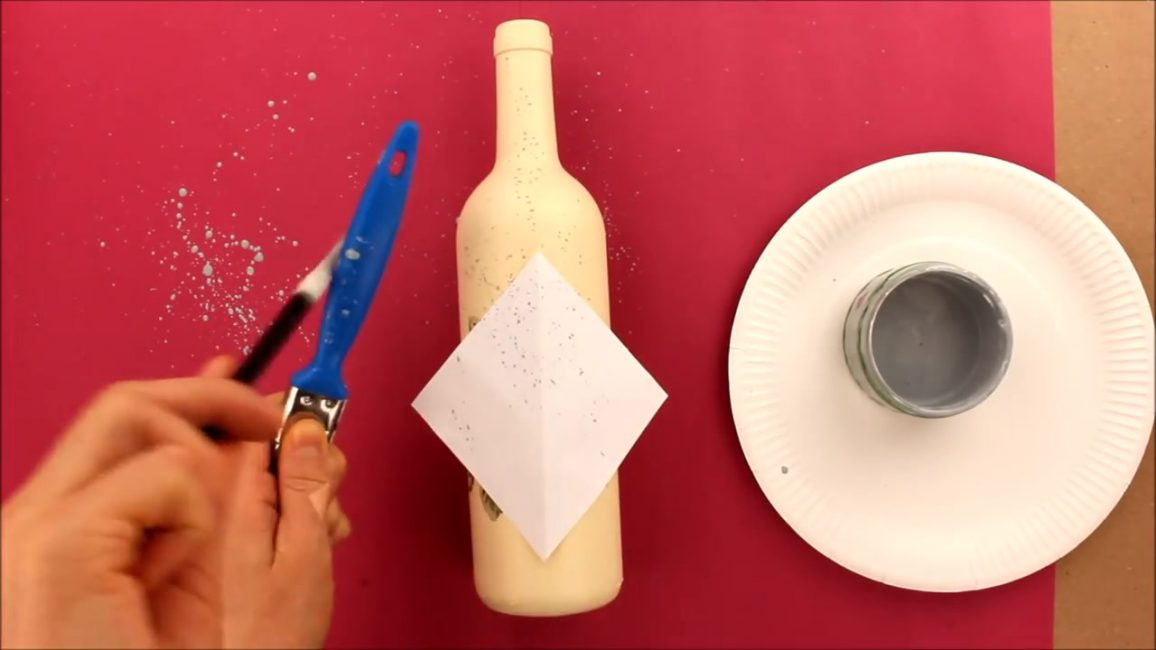 Boya fırçasını şişenin yüzeyine vurup, sprey ile süsleyebilirsiniz.