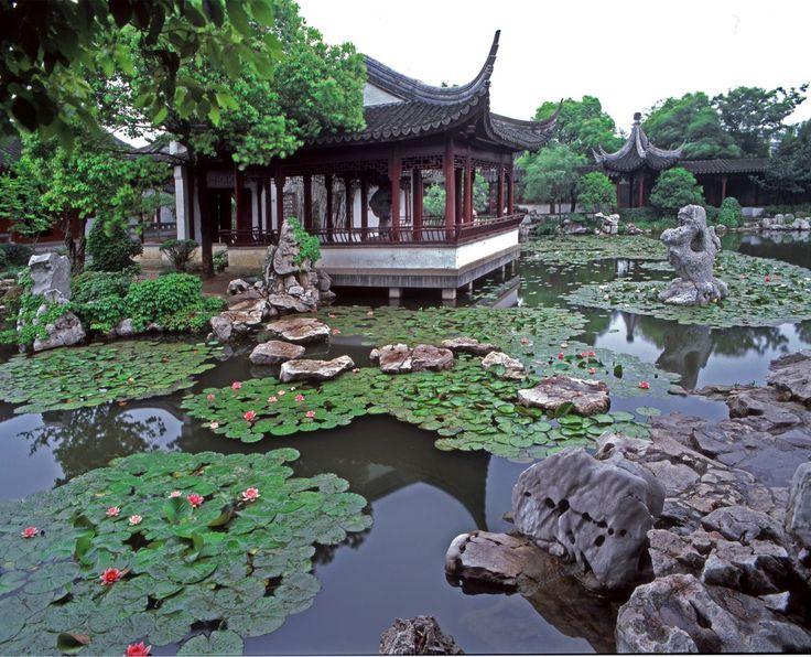 Kolam sebagai pusat komposisi