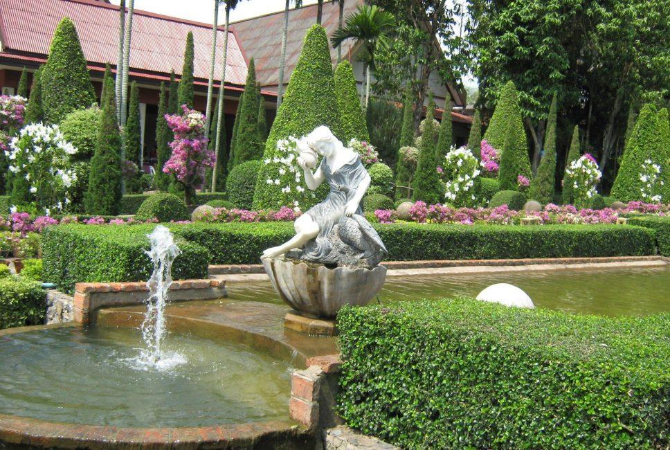 Dalam gaya ini, dikuasai oleh tumbuhan yang boleh dipotong dan mengekalkan bentuknya untuk masa yang lama.