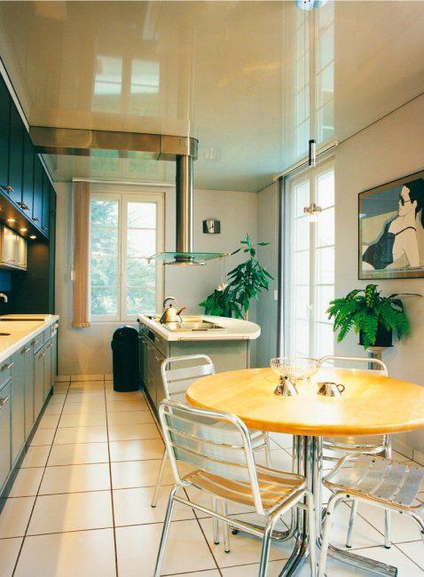 Dapur kompak yang direka dengan baik kelihatan bergaya