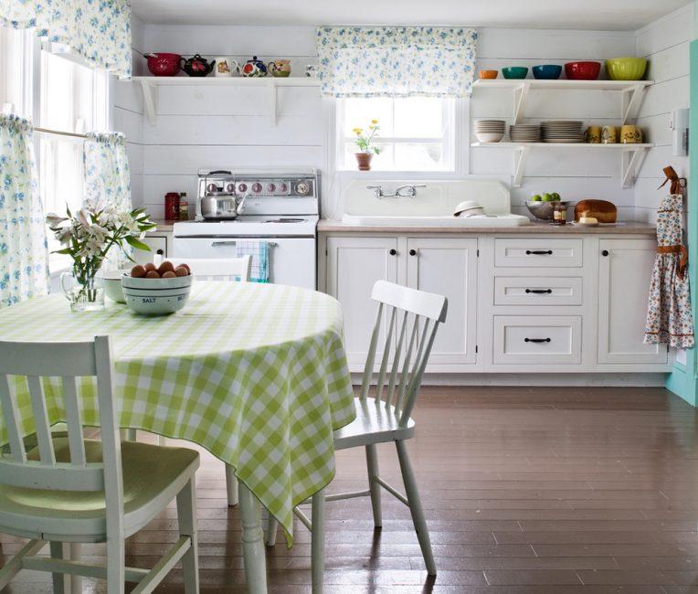 Tirai berat klasik tidak sesuai untuk dapur kecil.