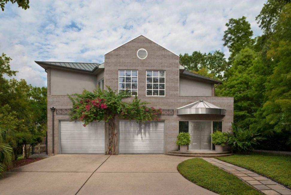 Sebuah rumah dengan garaj harus ditempatkan supaya ada akses yang mudah.