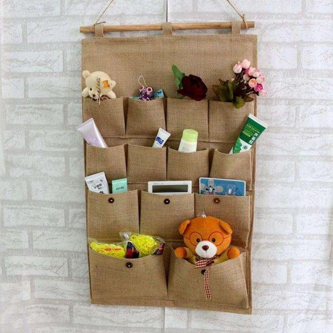 Di dalam poket anda boleh menyimpan perkara-perkara kecil yang diperlukan dalam kehidupan seharian.
