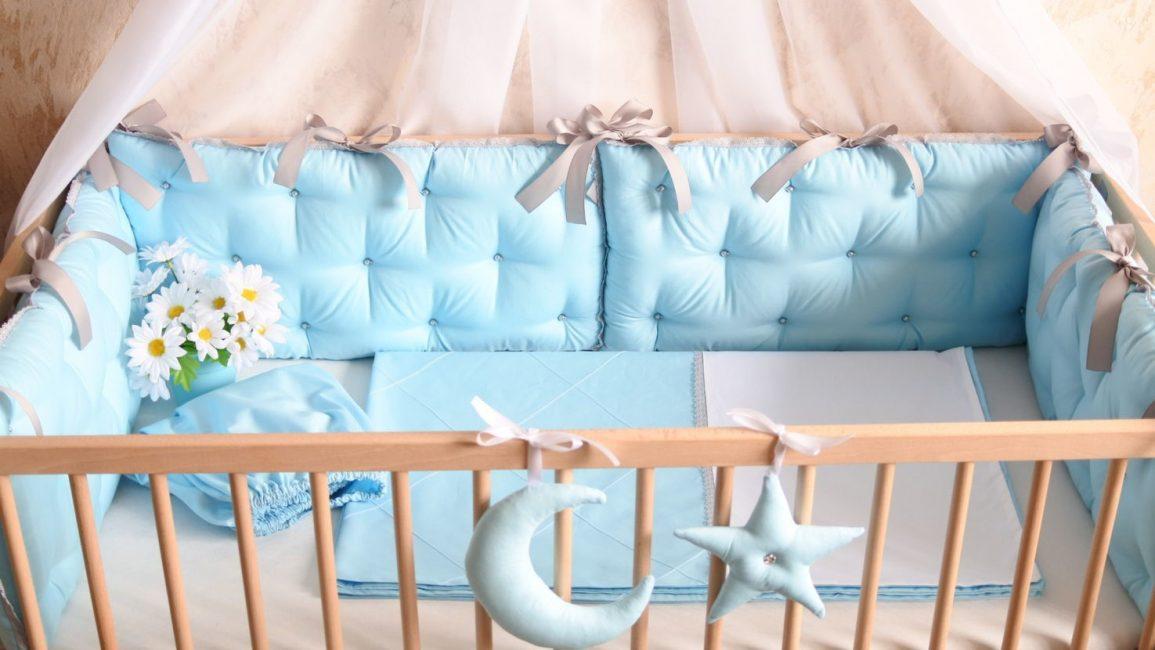 Çeşitli aksesuarlarla yatağın dekorasyonu