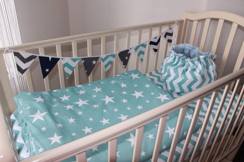 Yeni doğmuş bebekler için yatak takımı
