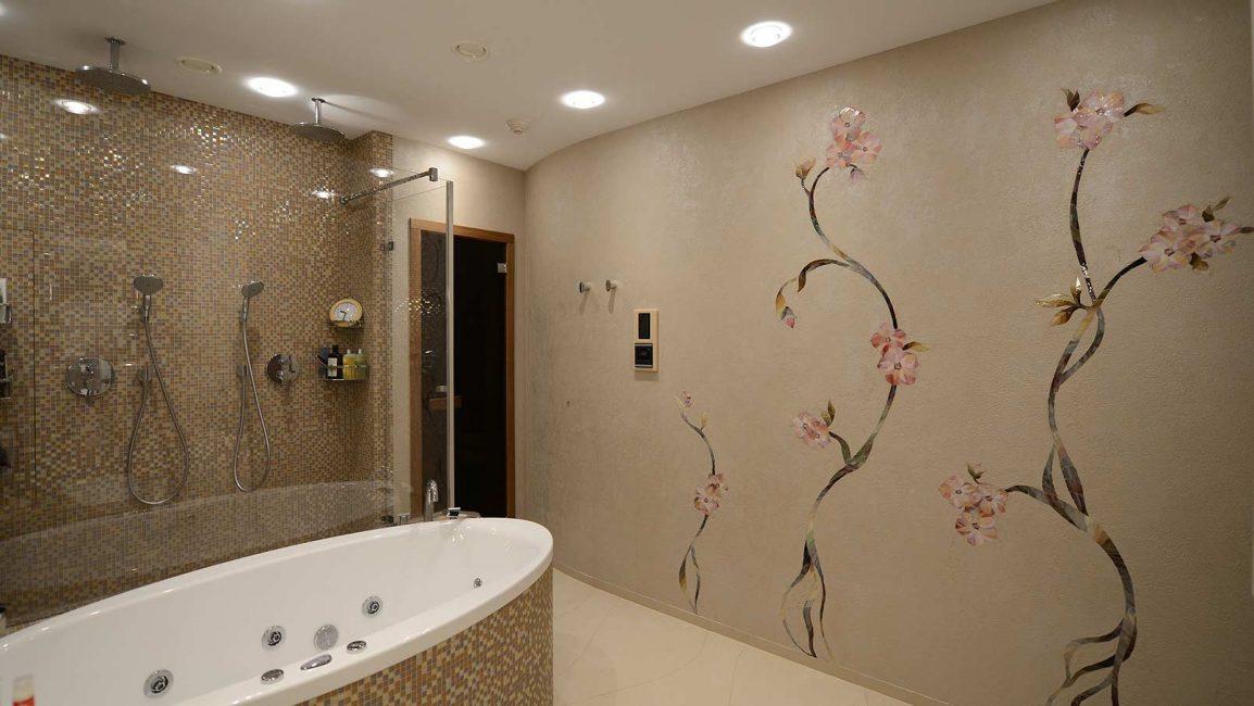 Bir banyo için mozaik paneli Bir mozaikten çiçekler