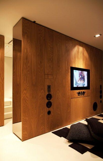 Panel kayu untuk TV membahagikan bilik ke zon yang berbeza