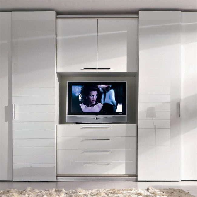 Anda boleh menjimatkan ruang dengan meletakkan TV di dalam almari