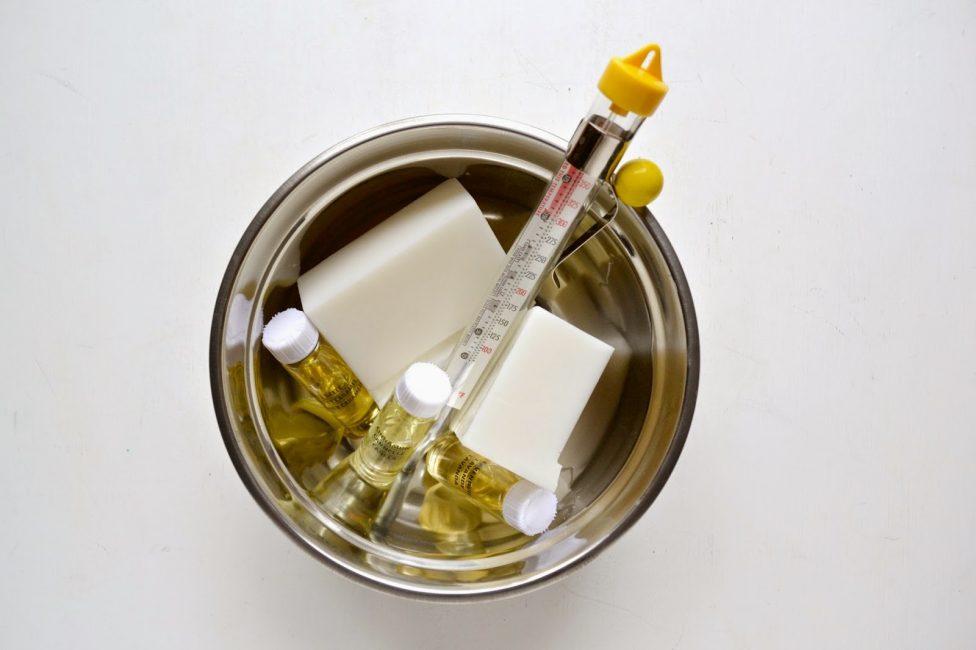 Gerekli balmumu, fitil, aromatik yağlar, form, aksesuarlar oluşturmak