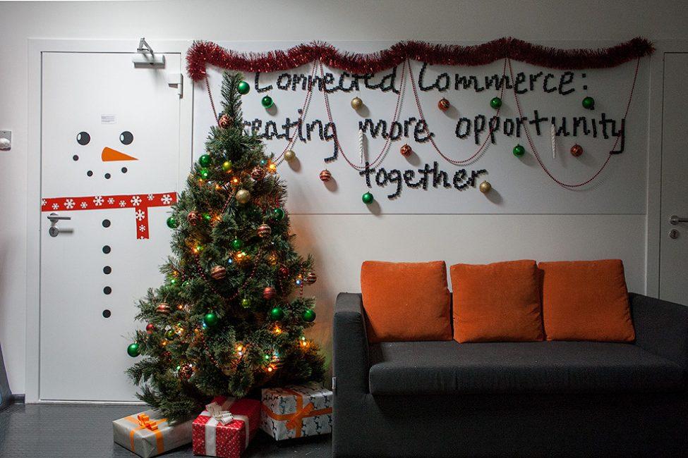 Geleneksel stil parlak topları, kabarık parlak çelenk ile yapay bir Noel ağacıdır.