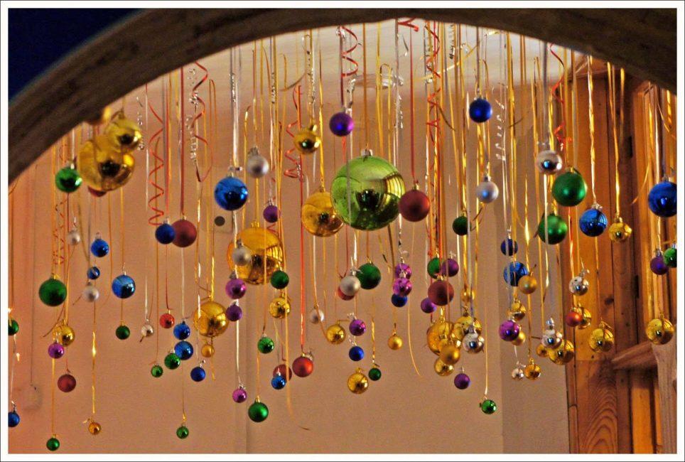 Büyük Noel ağacı oyuncaklarını veya hacimli çelenkleri odanın köşelerine yerleştirmek daha iyidir.
