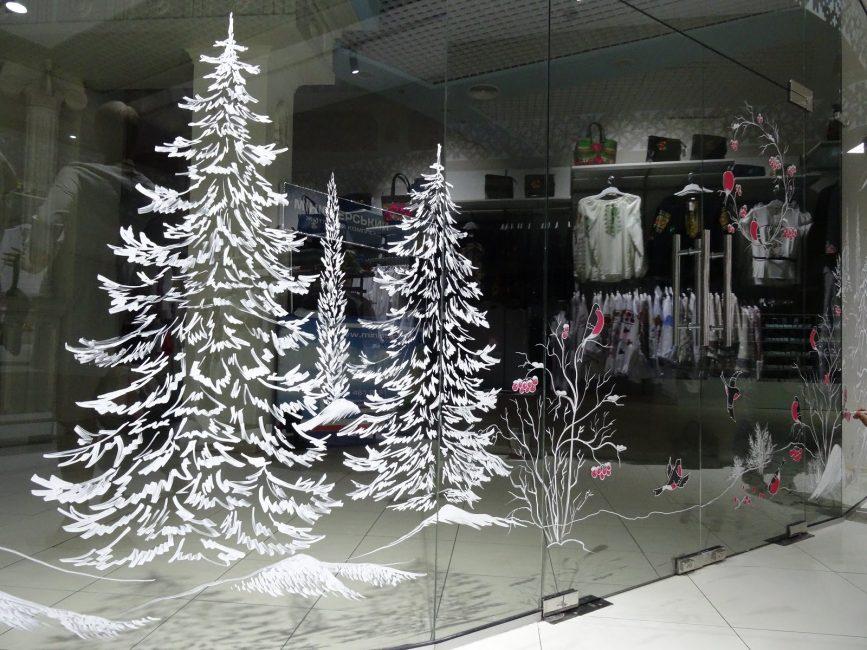 Kış temasında dekore edilmiş cam bölmeler